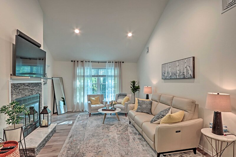 NEW! Chic Penn Estates Home: 7 Mi to Camelback Mtn, holiday rental in Stroudsburg