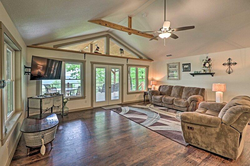 Spacious & Elegant Mountain View Cabin w/ Deck!, alquiler de vacaciones en Mountain View