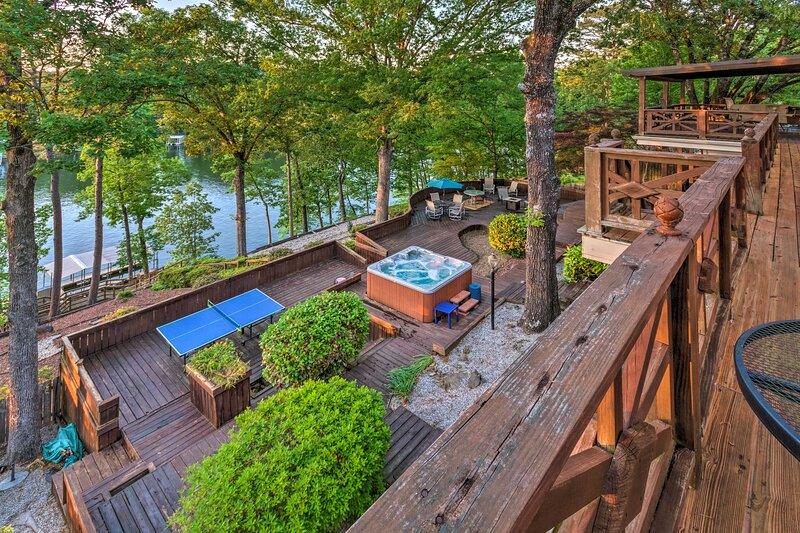 NEW! Luxe Lakehouse: Boat Dock, Hot Tub & Kayaks!, holiday rental in Lake Hamilton