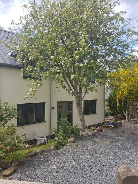 Contemporary House with Distant Sea Views & Lovely Sunsets, holiday rental in Dyffryn Ardudwy