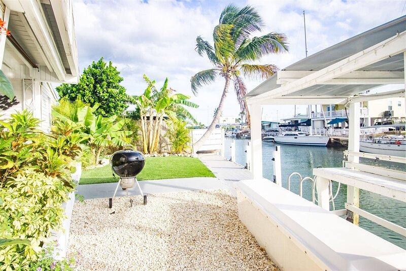 Reel Living 2bed/1.5bath Waterfront Beachy Cottage with immediate boat access to, aluguéis de temporada em Marathon Shores