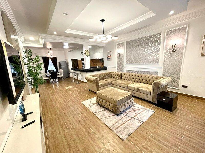Luxurious 2 Bedroom with Top Tier Amenities..., aluguéis de temporada em Lekki