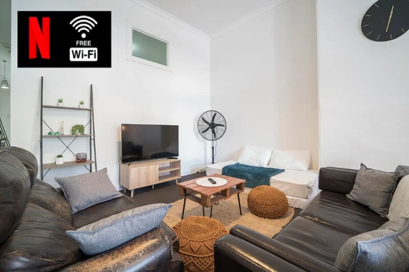 Large Unit in heart of NEWTOWN  -  Free netflix/wifi, Sleep up to 8, vacation rental in Stanmore