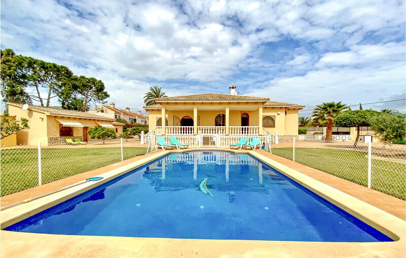 Awesome home in Sant Joan d'Alacant with Outdoor swimming pool, WiFi and 6 Bedro, holiday rental in Mutxamel