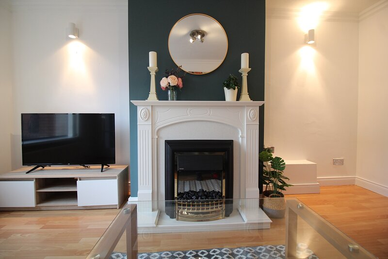 Anjore House - Belfast Serviced Apartment with Parking and Garden, holiday rental in Holywood