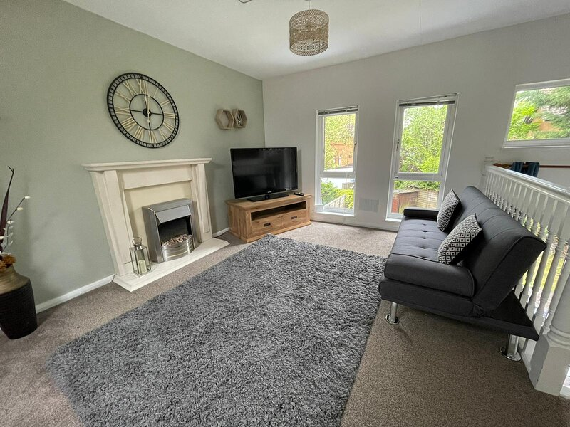 Shenley House with Garden, Free Parking & Smart TV with Netflix by Yoko Property, vacation rental in Leighton Buzzard