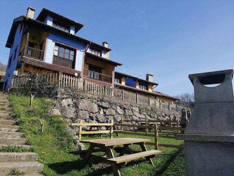 Casa rural con jacuzzi y jardin privado vistas Picos de Europa Adults Only, location de vacances à Intriago