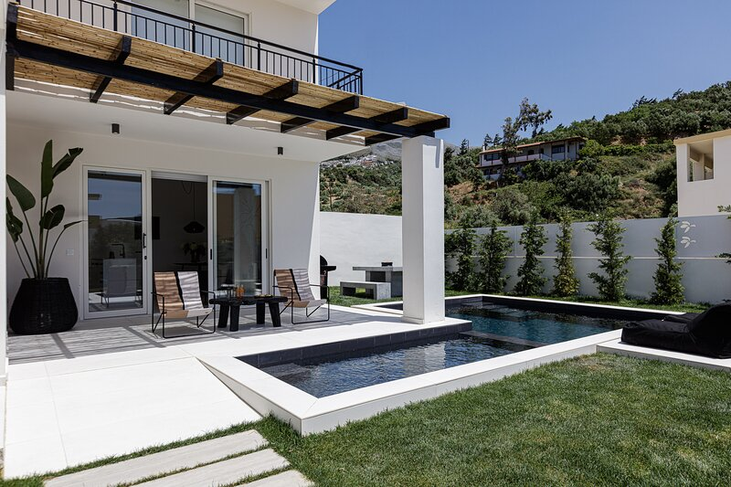 Stylish new villa Casa Filo w/ private adults & kids pool, 200m from the beach, holiday rental in Mariou