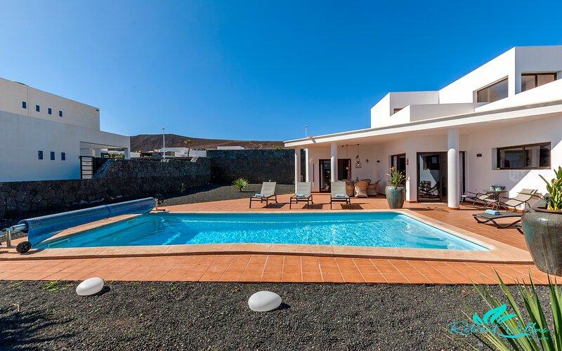 Remarkable 3-Bed Villa in Playa Blanca, holiday rental in Playa Blanca