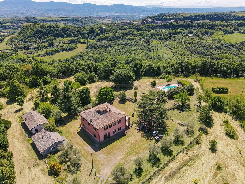 Detached manor with private pool 19 kms from Orvieto and 120 from Rome, casa vacanza a Lubriano