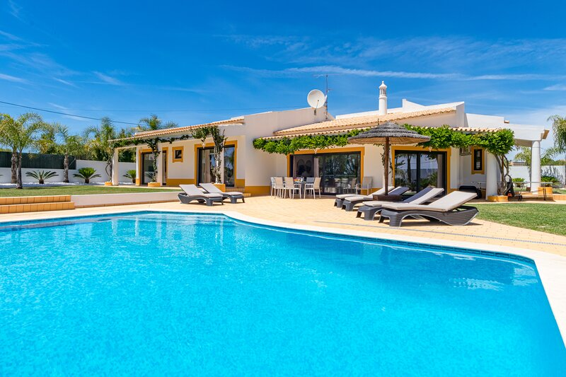 Villa Casinha, recently renovated with 4 bedrooms, private pool & jacuzzi, holiday rental in Olhos de Agua