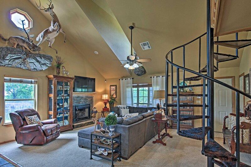 NEW! Charming Vian House w/ Private Deck & Grills!, alquiler de vacaciones en Park Hill