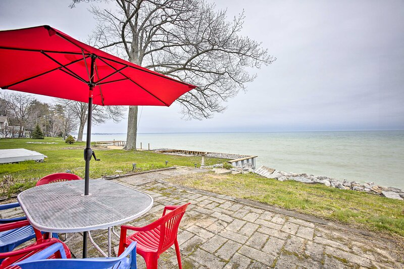 NEW! Seasonal Lakefront Tawas City Home w/ Grill!, vacation rental in Omer