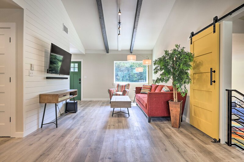 NEW! Modern & Colorful Buda Home Near Dtwn Austin!, holiday rental in Manchaca