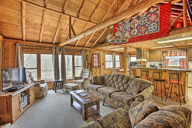 NEW! Rustic Riverfront Cabin w/ Fire Pit & Grill!, holiday rental in Houghton Lake
