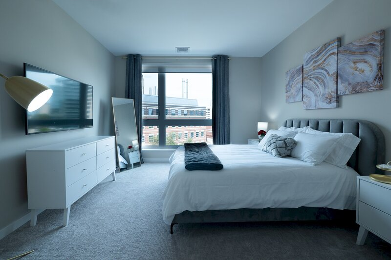 Dreamy Lux Apt w/ Parking & Gym | Downtown at Yale, holiday rental in Silver Lane