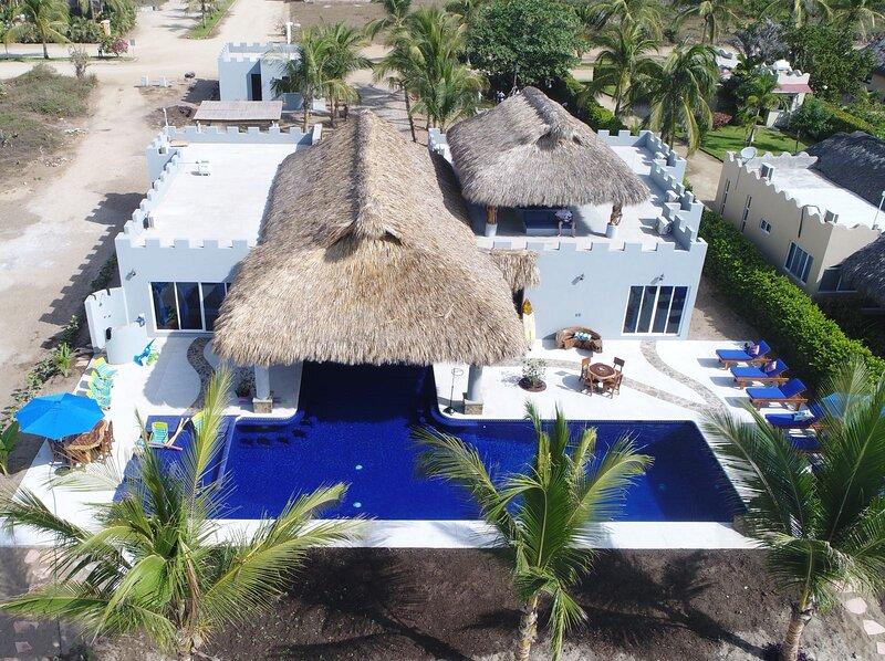 OCEAN FRONT WORLD-CLASS VILLA, casa vacanza a Puerto Escondido
