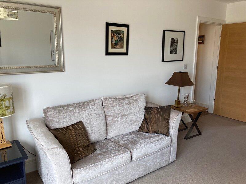 NEW Cosy & Relaxing 2BD Flat in Milton Keynes, alquiler vacacional en Alderton
