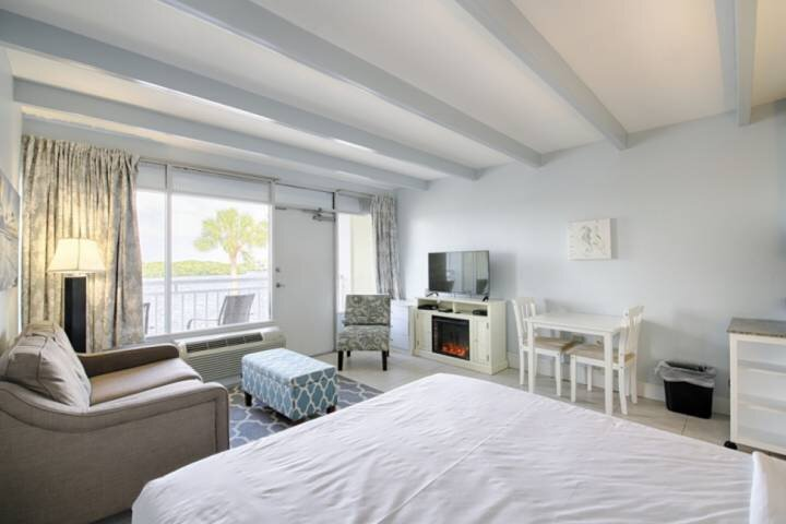 Updated and Fresh Inn Room, Canal Water View, location de vacances à Ruskin