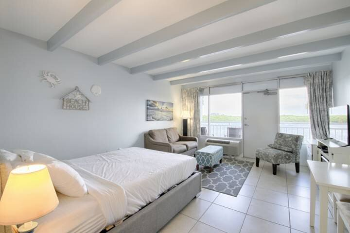 Updated and Fresh Inn Room, Canal Water View, holiday rental in Ruskin