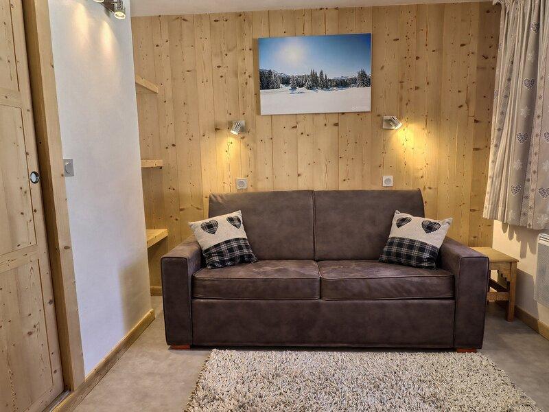 SUPER STUDIO DIVISIBLE PARFAITEMENT SITUE SKIS AUX PIEDS PROCHE DES COMMERCES, vacation rental in Meribel Mottaret
