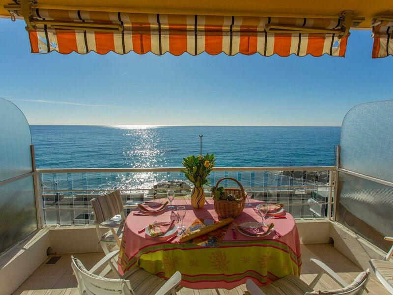 2P face mer avec terrasse et garage, holiday rental in Grimaldi