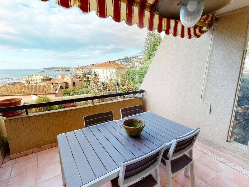 Agréable 2P avec terrasse face mer, piscine et garage, holiday rental in Grimaldi
