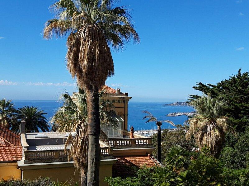 Agréable 2P au calme avec immense terrasse vue mer et parking, holiday rental in Grimaldi