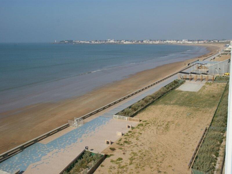 face à la grande plage de St gilles avec accès direct, vue splendide, holiday rental in Givrand