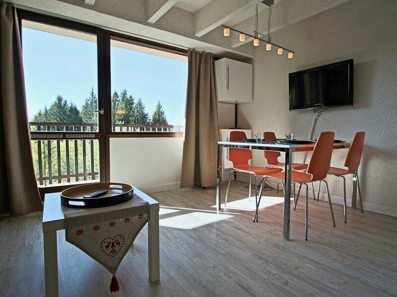 Studio cabine 4 personnes avec coin montagne séparé du séjour, balcon et  place, vacation rental in Uriage les Bains
