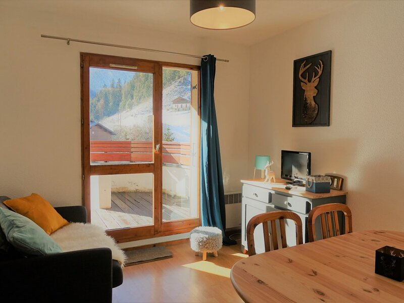 Appartement 4/6 pers.- 3 chbres - terrasse - centre village, holiday rental in Areches