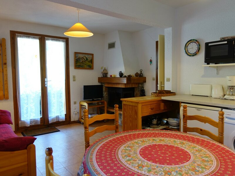 T3 COSY 4/5 PERSONNES  COMME DANS UN CHALET, holiday rental in Areches