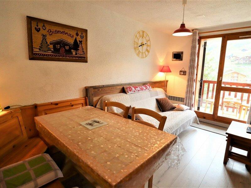 Appartement 5 personnes classé ** - agréablement aménagé, holiday rental in Areches