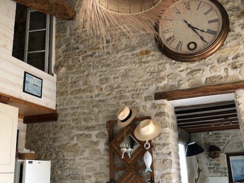 MAISON DE PIERRES A 6,5 KM DES PLAGES - LE BERNARD, holiday rental in Poiroux