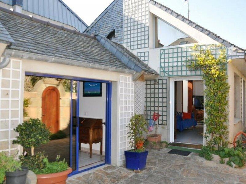 Maison à 100m de la mer avec WIFI, place Ste-Anne à TREGASTEL, holiday rental in Tregastel