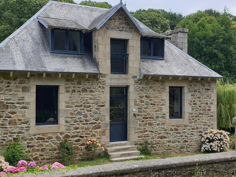 Belle maison entièrement rénovée avec jardin, WIFI, à 400m de la mer à ST, alquiler vacacional en Saint-Quay-Perros