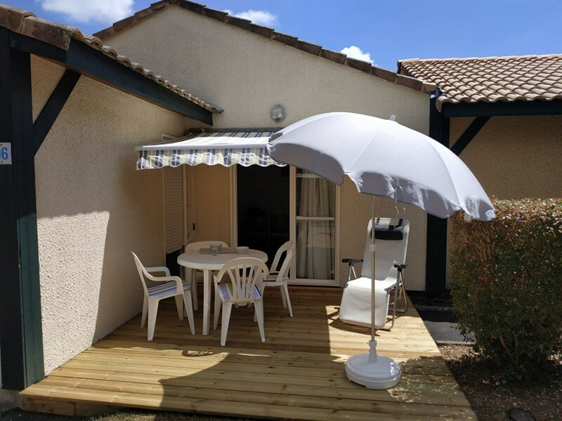 Villa patio dans résidence avec piscine et terrain de tennis - SO117, location de vacances à Soustons