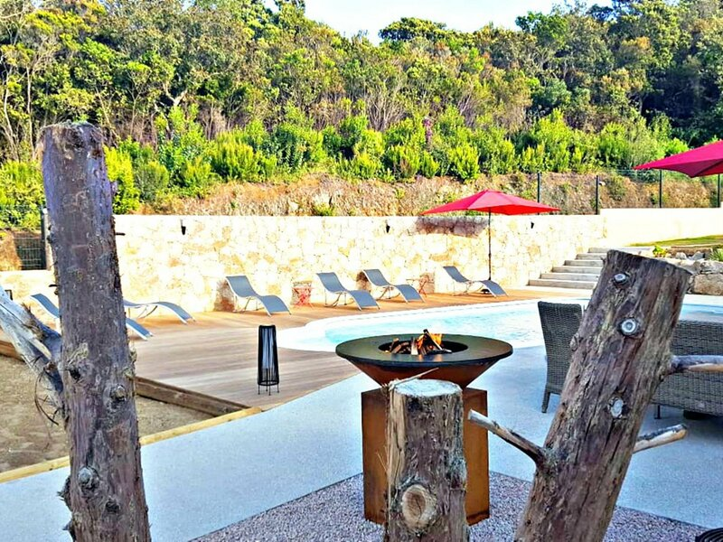 Villa Ste Anne avec piscine proche centre ville et plage, holiday rental in Santa-Maria-Figaniella