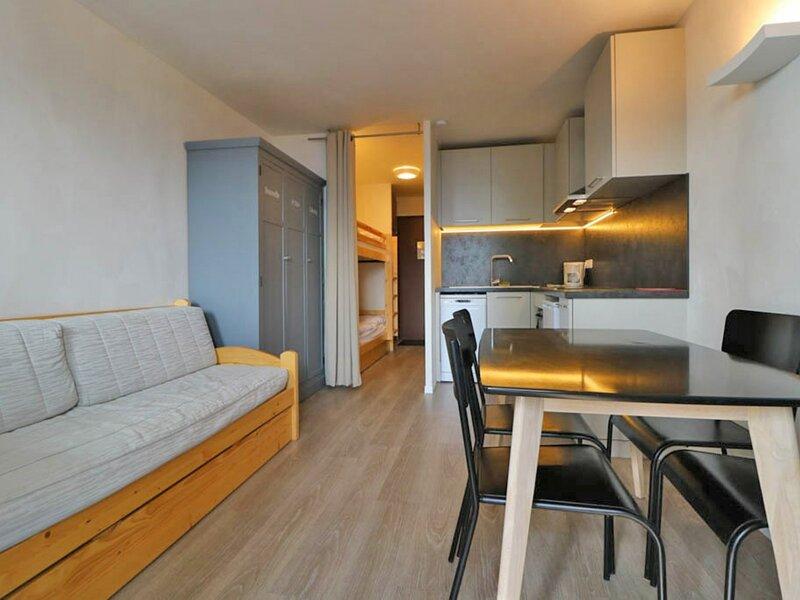 Studio refait à neuf exposé Sud avec balcon, holiday rental in La Rosiere
