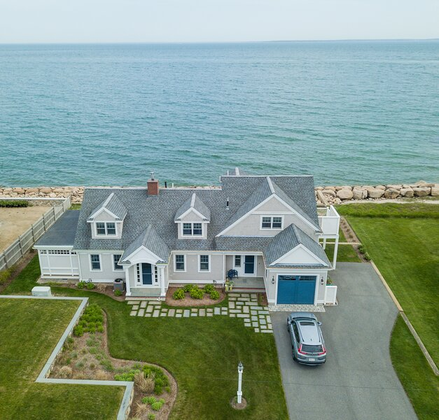 OCEANFRONT DREAM - Newly renovated with direct oceanfront views from every room., alquiler vacacional en Falmouth