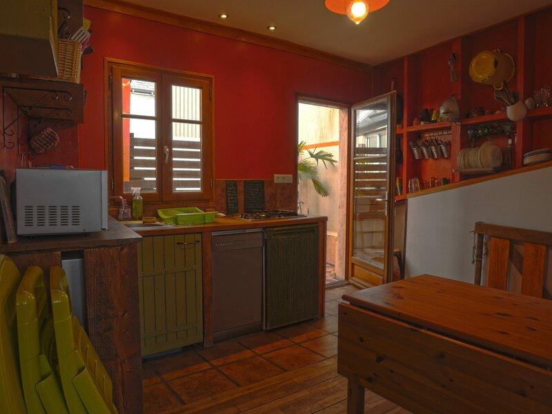 Maison mitoyenne (PP05) de 2 chambres avec terrasse au centre de Le Palais., holiday rental in Le Palais