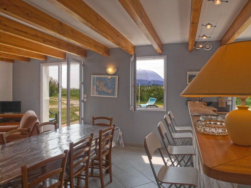 Maison mitoyenne de 3 chambres, avec jardin située à proximité de la plage de, holiday rental in Sauzon