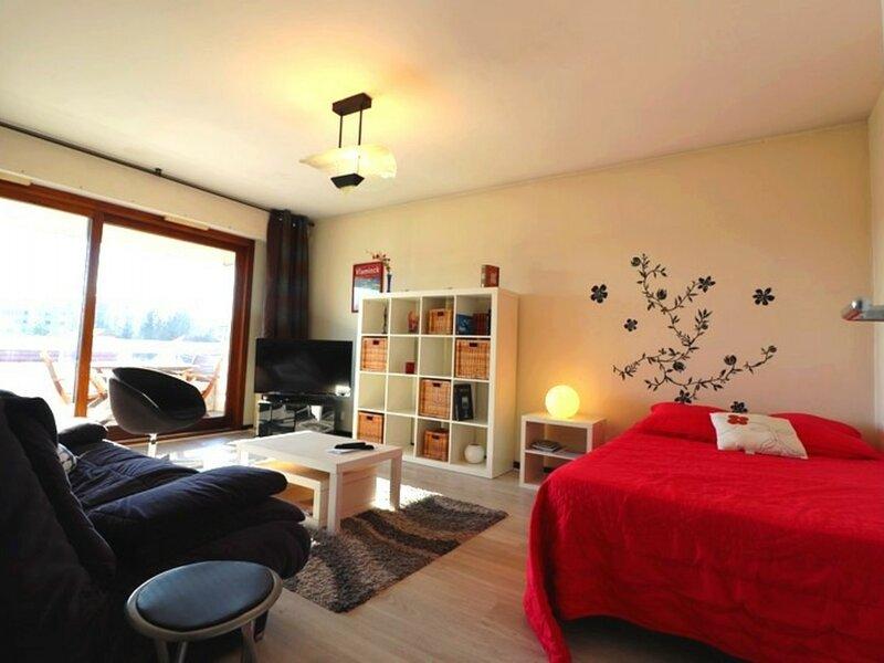 Agréable 2pièces  Terrasse -parking tt conf -2/4persprox comm- lac à 800m, location de vacances à Argonay