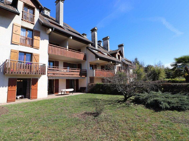 Spacieux , Calme jardin privé -parking, location de vacances à Argonay