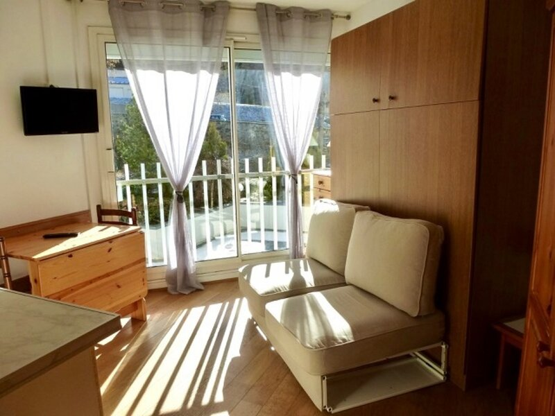 STUDIO EXPOSE SUD, 2/4 COUCHAGES AVEC LAVE LINGE ET LITS RABATTABLES, holiday rental in Sers