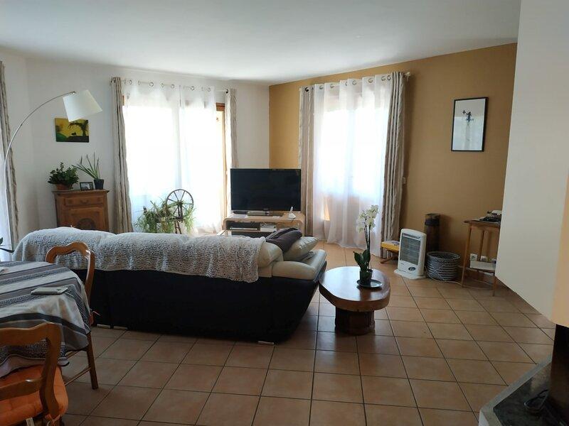 Belle villa T4 avec beau jardin et panorama, à deux pas du centre bourg Chorges, holiday rental in La Batie-Neuve