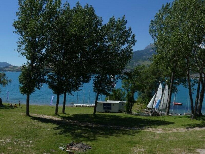 Studio 4 personnes avec grand balcon - proximité immédiate du lac de Serre, holiday rental in Puy-Sanieres
