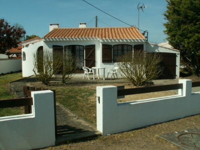 JOLIE 'BOURRINE' DANS SECTEUR CALME, holiday rental in Saint-Michel-en-l'Herm