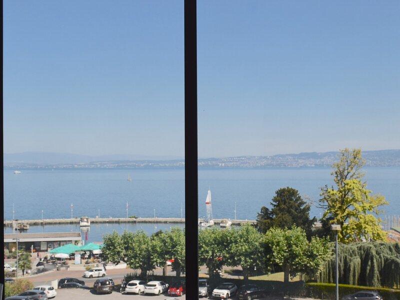 Appartement avec vue Lac dans le centre d'Evian à 200 mètres de la promenade., holiday rental in Ecublens