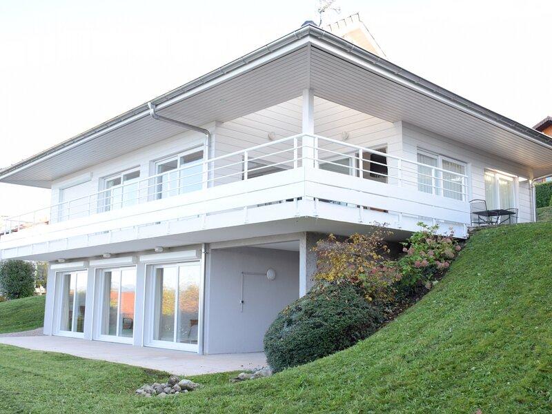 Villa d'architecte avec magnifique vue à 2 minutes de la plage, holiday rental in Saint-Paul-en-Chablais
